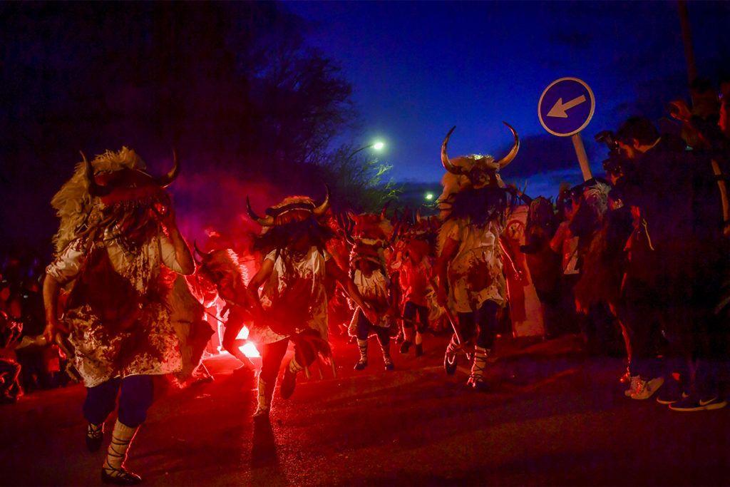 Alsasua, 2019. március 6.Jelmezes hagyományőrzők a Momotxorro elnevezésű karneválon a Navarra autonóm közösségbeli Alsasuában húshagyókedden, 2019. március 5-én. Az észak-spanyolországi településen ápolt, pogány eredetű hagyomány során a marhatülkös irhát és fehér inget viselő résztvevők állati vérrel kenik be arcukat és ruhájukat, és fából faragott vasvillát rázva, rémisztő hangokat hallatva vonulnak az utcákon.MTI/AP/Alvaro Barrientos