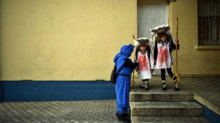 Alsasua, 2019. március 6.Fiatal hagyományőrzők piros festékkel az arcukon a Momotxorro elnevezésű karneválon a Navarra autonóm közösségbeli Alsasuában húshagyókedden, 2019. március 5-én. Az észak-spanyolországi településen ápolt, pogány eredetű hagyomány során a marhatülkös irhát és fehér inget viselő résztvevők állati vérrel kenik be arcukat és ruhájukat, és fából faragott vasvillát rázva, rémisztő hangokat hallatva vonulnak az utcákon.MTI/AP/Alvaro Barrientos