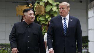 Hanoi, 2019. február 28. Kim Dzsong Un észak-koreai vezetõ (b) és Donald Trump amerikai elnök sétál a hanoi Metropole szálloda kertjében 2019. február 28-án, kétnapos csúcstalálkozójuk második napján. Trump kijelentette, hogy nem jutott megállapodásra az észak-koreai vezetõvel sem a nukleáris leszerelésrõl, sem a Phenjan elleni szankciók kérdésérõl. Balról Mike Pompeo amerikai külügyminiszter. MTI/AP/Evan Vucci