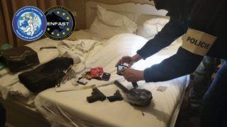 Prága, 2019. március 2. A Cseh Rendõrség által 2019. március 2-án közreadott képen lefoglalt fegyverekrõl készít fényképeket egy rendõr Prágában, miután elfogták Dér Csaba csantavéri születésû bérgyilkost, aki ellen három ország is elfogatóparancsot adott ki. A férfi, akit több bérgyilkossággal is gyanúsítanak, legutóbb a Belgrád melletti Banovo Brdóban lõtt le egy férfit január 5-én, fényes nappal. A letartóztatott Dér Csabát több állam is körözi, európai elfogatóparancsot adtak ki ellene. Feltételezések szerint több, egyelõre megoldatlan gyilkosság is fûzõdik a nevéhez. Hollandiában, Budapesten, legutóbb pedig Belgrádban gyilkolt. MTI/AP/Cseh Rendõrség