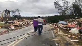 Lee megye, 2019. március 4. A videofelvételrõl készült képen az okozott kárt nézik helybeliek az alabamai Lee megyében 2019. március 3-án, miután tornádó csapott le a szövetségi állam délkeleti részére. A forgószélben legkevesebb két ember meghalt. Az Egyesült Államok déli részét súlyos viharok sújtják, Alabama és Georgia állam egy-egy részére riasztást adtak ki tornádóveszély miatt. MTI/AP/WKRG-TV