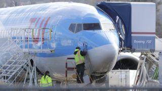 Renton, 2019. március 13. A TUI Group német turisztikai cégóriás részére épülõ egyik Boeing 737 MAX 8-as típusú repülõgépet vizsgálják szerelõk a Boeing összeszerelõ üzemében a Washington állambeli Rentonban 2019. március 13-án. Donald Trump amerikai elnök ezen a napon bejelentette, hogy átmeneti idõre kivonják a forgalomból a Boeing repülõgépek vitatott 737 MAX 8 és MAX 9-es típusait. MTI/AP/Ted S. Warren