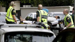 Christchurch, 2019. március 15.Sebesültet visznek el a mentők az új-zélandi Christchurchben történt két terrortámadás egyik helyszínén 2019. március 15-én. Negyvenkilencre emelkedett a város központjában lévő Maszdzsid al-Núr és a külső kerületi Linwood mecset ellen összehangoltan elkövetett merénylet halálos áldozatainak száma. A hatóságok őrizetbe vettek három férfit és egy nőt, az egyik férfi ausztrál.MTI/AP/Mark Baker