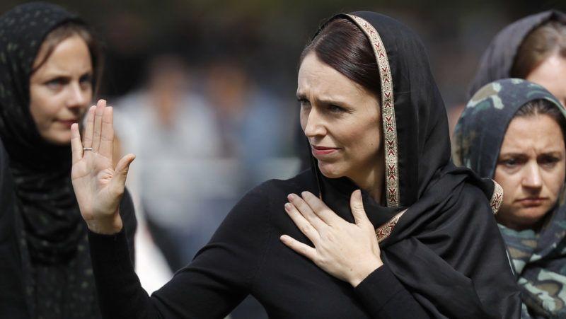 Christchurch, 2019. március 22. Jacinda Ardern új-zélandi miniszterelnök a Christchurchben elkövetett kettõs terrortámadás áldozatainak emlékére rendezett imádságon a muszlimok elleni vérengzés egyik helyszínén, a christchurchi an-Núr mecset elõtti Hagley parkban 2019. március 22-én, egy héttel az 50 halálos áldozatot követelõ merényletek után. MTI/AP/Vincent Thian