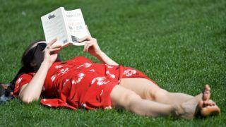 London, 2018. április 19. Könyvet olvas egy napfürdõzõ nõ a londoni St. James parkban 2018. április 19-én. Londonban utoljára 1949-ben érte el a levegõ hõmérséklete a 28 Celsius-fokot áprilisban. (MTI/EPA/Neil Hall)