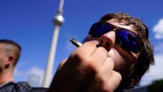 Berlin, 2018. augusztus 11. Egy résztvevõ dohányzik az indiai vadkender legalizásáért rendezett kannabisz felvonuláson a berlini tévétoronynál 2018. augusztus 11-én. (MTI/EPA/Alexander Becher)