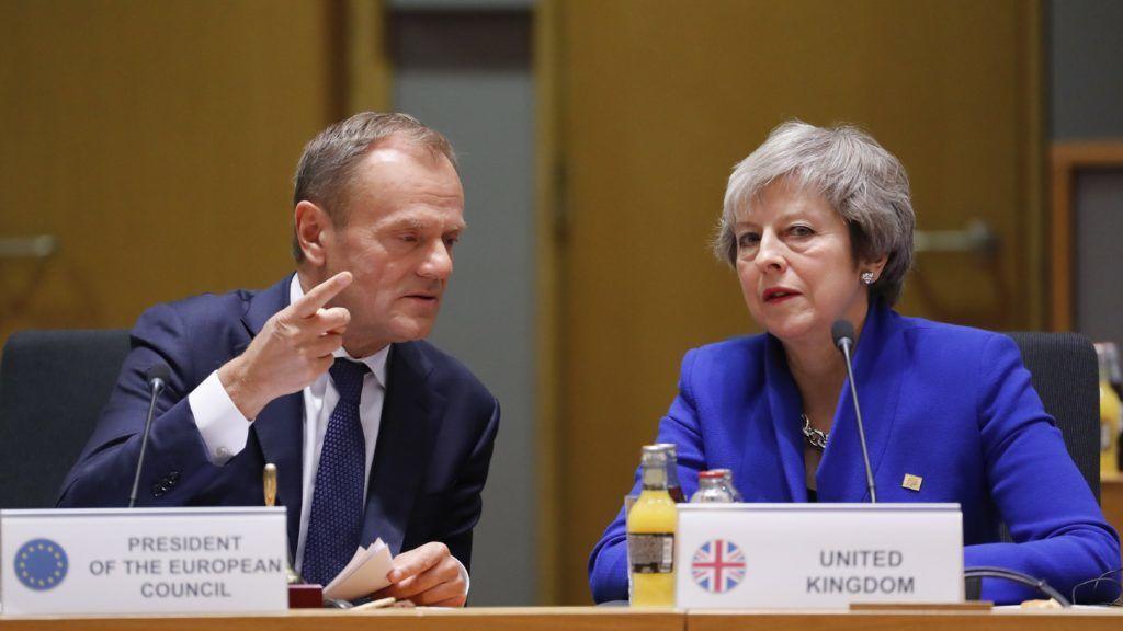 Brüsszel, 2018. november 25. Donald Tusk, az Európai Tanács elnöke (b) és Theresa May brit miniszterelnök az uniós tagországok vezetõinek brüsszeli csúcsértekezletén 2018. november 25-én. A rendkívüli ülésen a 27 bennmaradó tagállam képviselõi aláírták a megállapodást a távozó Nagy-Britanniával a brit EU-tagság megszûnésének feltételrendszerérõl, valamint a politikai nyilatkozatot a jövõbeli kapcsolatokról. MTI/EPA/Olivier Hoslet