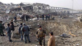 Kabul, 2018. november 29. Az afgán biztonsági szolgálat tagjai egy kráter körül a G4S brit biztonsági vállalat kabuli központjánál a tálib támadókkal vívott harcok után 2018. november 29-én. Majd tíz órán át tartó harcok után véget értek az összecsapások a G4S központjánál, a tálib támadók életüket vesztették a harcokban. A támadásban összesen tizenöten vesztették életüket, köztük öt szélsõséges. A G4S egy magántulajdonban álló biztonsági vállalat, amely a többi között az Afganisztánban állomásozó brit diplomaták és külügyi tisztségviselõk védelméért felel. MTI/EPA/Hedjatullah Amid