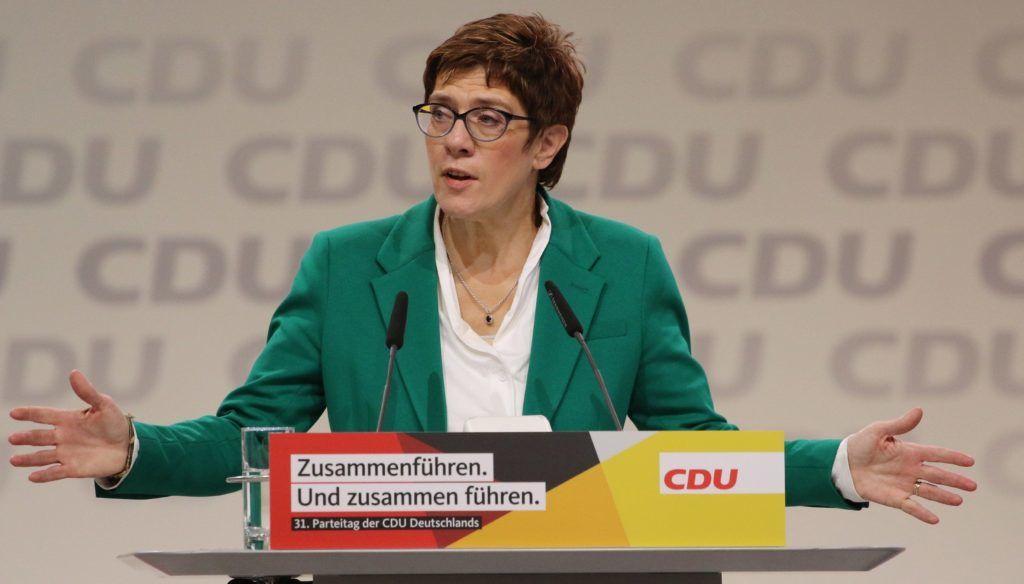 Hamburg, 2018. december 8. Annegret Kramp-Karrenbauer, a német Kereszténydemokrata Unió (CDU) új elnöke beszédet mond a CDU tisztújító kongresszusának második napi tanácskozásán Hamburgban 2018. december 8-án. A pártot 18. éve vezetõ Angela Merkel kancellár utódját elõzõ nap választották meg a kongresszuson. MTI/EPA/Focke Strangmann
