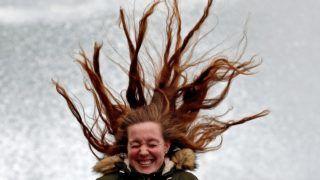 San Sebastián, 2019. január 31. Viharos szél fújja egy nõ haját a baszkföldi San Sebastián tengerpartján 2019. január 31-én. A hatóságok második legmagasabb szinû, narancssárga viharjelzést adtak ki a térségben az erõs széllökések miatt, amelyek hat méter magas hullámokat korbácsolnak a tengeren. MTI/EPA/EFE/Juan Herrero