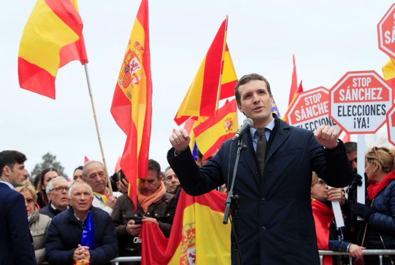 Madrid, 2019. február 10.Pablo Casado, az ellenzéki Spanyol Néppárt elnöke beszél a Pedro Sánchez szocialista miniszterelnök és kormánya elleni tüntetésen a madridi Columbus téren 2019. február 10-én.MTI/EPA/EFE/Fernando Alvarado