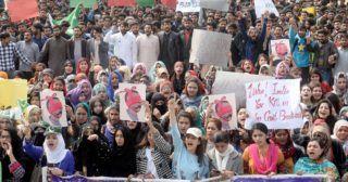 Lahor, 2019. február 28. Pakisztáni tüntetõk Abhinandan Varthaman pakisztáni fogságban lévõ indiai pilóta képét a kezükben tartva India-ellenes jelszavakat skandálnak a kelet-pakisztáni Lahor városban 2019. február 28-án, egy nappal azután, hogy a pakisztáni légierõ lelõtt két indiai harci repülõgépet, miután azok behatoltak az ország légterébe. Az egyik megsemmisített gép Kasmír indiai területén zuhant le, két pilótája és egy civil meghalt. A másik gép a terület pakisztáni oldalán csapódott be, a gép pilótája pedig a helyi erõk fogságába került. A légi incidenssorozat után India lezárta több térségbeli repülõterét, Pakisztán pedig az egész ország légterét. MTI/EPA/Rahat Dar
