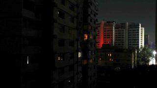 Caracas, 2019. március 8. Közvilágítás nélkül maradt épületek áramszünet idején Caracasban 2019. március 7-én, miután késõ délután órákra áramszolgáltatás nélkül maradt Venezuela nagy része, a  fõvárosban pedig leállt a metróhálózat. A szolgáltató hatóságok szerint szabotázscselekmény okozta az áramkimaradást, amelyért az amerikai imperializmust okolta Nicolás Maduro venezuelai elnök. MTI/EPA/EFE/Raul Martinez