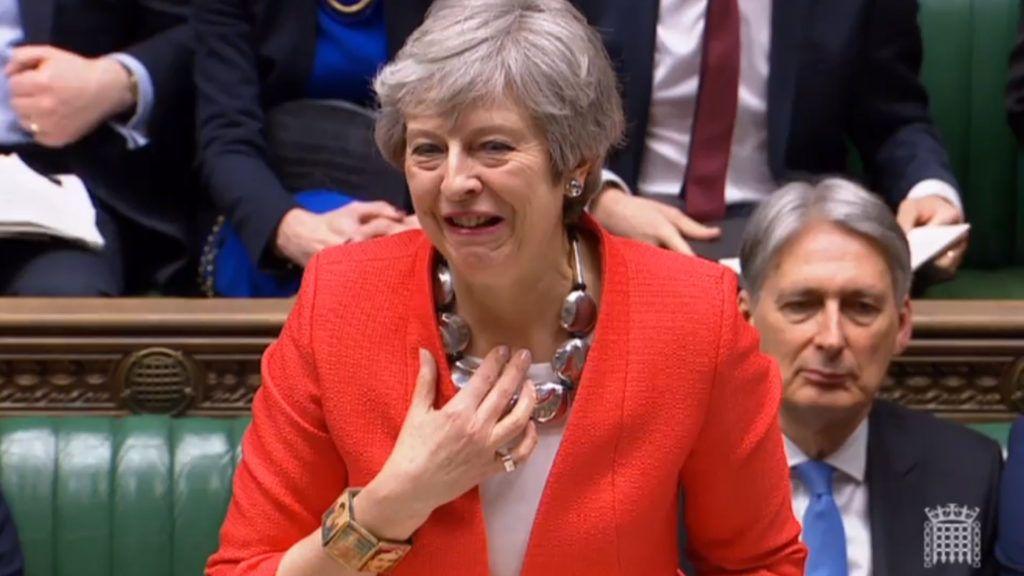 London, 2019. március 12. A brit parlament által közreadott, videofelvételrõl készült képen Theresa May brit miniszterelnök felszólal a brit EU-tagság megszûnésérõl (Brexit) tartott alsóházi vitán Londonban 2019. március 12-én. A háttérben Philip Hammond pénzügyminiszter. A képviselõház a nap végén várhatóan ismét szavaz a Brexit-megállapodásról. MTI/EPA