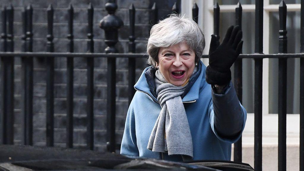 London, 2019. március 14. Theresa May brit miniszterelnök távozik a londoni kormányfõi rezidenciáról, a Downing Street 10-bõl 2019. március 14-én. Az alsóház az elõzõ este folyamán elutasította a megállapodás nélküli Brexit lehetõségét, ezért a kormány március 14-én indítványt terjeszt a ház elé a március 29-én esedékes Brexit halasztásának kezdeményezésérõl. MTI/EPA/Andy Rain