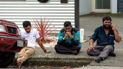 Christchurch, 2019. március 15. Gyászolók ülnek a járdán az új-zélandi Christchurchben történt terrortámadás egyik helyszínén 2019. március 15-én. Negyvenkilencre emelkedett a város központjában lévõ Maszdzsid al-Núr és a külsõ kerületi Linwood mecset ellen összehangoltan elkövetett merénylet halálos áldozatainak száma. A hatóságok õrizetbe vettek három férfit és egy nõt, az egyik férfi ausztrál. MTI/EPA/SNPA/Martin Hunter