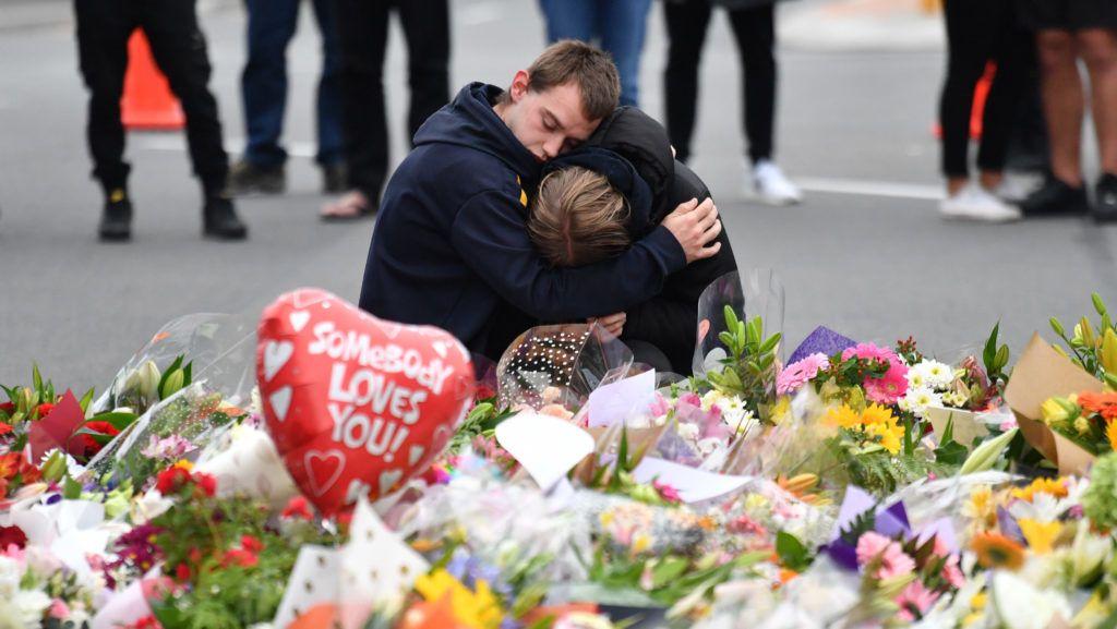 Christchurch, 2019. március 16. Gyászolók az új-zélandi Christchurchben elkövetett két terrortámadás 49 halálos áldozatának rögtönzött emlékhelyén 2019. március 16-án, a merényletek másnapján. A város központjában levõ Maszdzsid al-Núr és a külsõ kerületi Linwood mecset ellen elkövetett összehangolt támadásban 48-an megsebesültek. A hatóságok õrizetbe vettek három férfit és egy nõt. A fõ gyanúsított, a 28 éves ausztrál Brenton Tarrant ellen tömeggyilkosság miatt vádat emeltek. MTI/EPA/Mick Tsikas