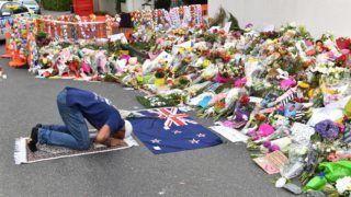 Christchurch, 2019. március 19. Muszlim férfi imádkozik az új-zélandi Christchurchben elkövetett kettõs terrortámadás áldozatainak emlékére elhelyezett virágok elõtt a támadás egyik helyszínén, az al-Núr mecsetnél 2019. március 19-én, négy nappal az 50 halálos áldozatot követelõ merényletek után. MTI/EPA/AAP/Mick Tsikas