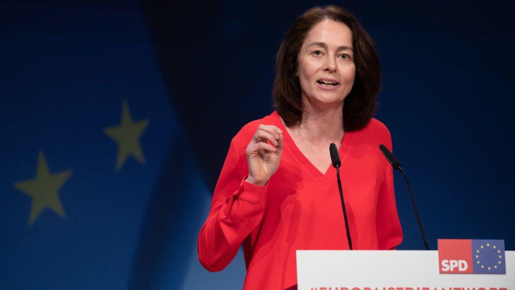 Berlin, 2019. március 23. Katarina Barley német igazságügyi és fogyasztóvédelmi miniszter beszédet mond a Német Szociáldemokrata Párt, az SPD kongresszusán Berlinben 2019. március 23-án. Az Európai Unió tagországaiban május 23. és 26. között választják meg az EU törvényhozásának képviselõit. MTI/EPA/Hayoung Jeon