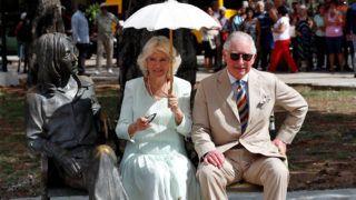 Havanna, 2019. március 27. Károly walesi herceg, brit trónörökös (j) és felesége, Kamilla cornwalli hercegnõ John Lennon angol zenész szobra mellett ül Havannában 2019. március 27-én. Károly herceg személyében elõször látogatott a brit királyi család tagja a szigetországba. MTI/EPA-EFE/Ernesto Mastrascusa