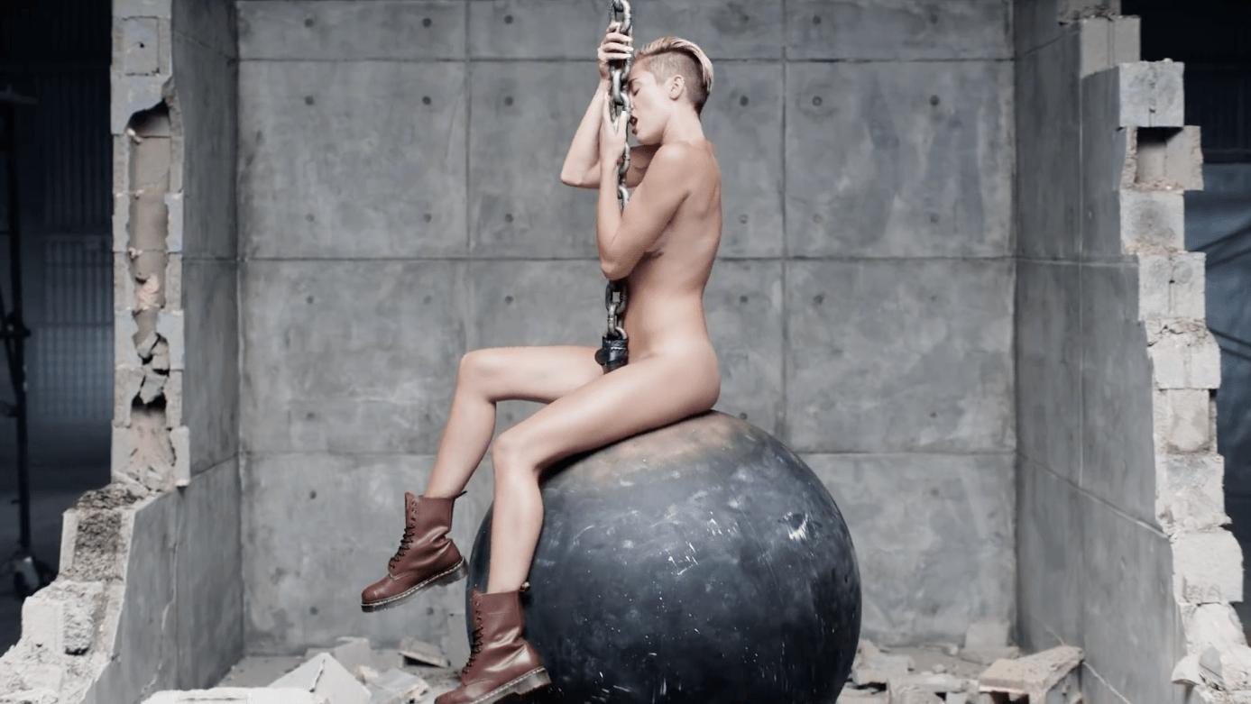 Hatalmas műpéniszen lovagolt Miley Cyrus - fotó! - Blikk