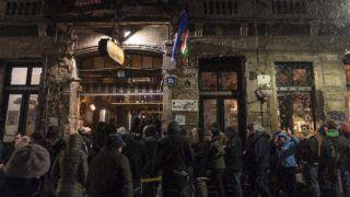 Budapest, 2018. február 18. Bejutásra váró vendégek állnak sorban a Szimpla Kert vendéglátóhely elõtt az erzsébetvárosi vigalmi negyedben a Kazinczy utcában 2018. február 18-ra virradó éjjel. Ezen a napon népszavazást tartanak arról, hogy a fõváros VII. kerületében, az úgynevezett bulinegyedben található vendéglátóhelyek éjfél és reggel 6 óra között nyitva tarthassanak-e. MTI Fotó: Szigetváry Zsolt