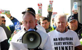 Alsónémedi, 2019. március 26. László Róbert tejtermelõ, a Demonstrációs Bizottság vezetõje (b) beszél, mellette Jakab István, a Magyar Gazdakörök és Gazdaszövetkezetek Szövetsége (Magosz) elnöke (j) a Penny Market üzleteiben olcsón árusított szlovák tej miatt tartott tejtermelõi tiltakozáson Alsónémediben, az áruházlánc logisztikai központjánál 2019. március 26-án. MTI/Illyés Tibor