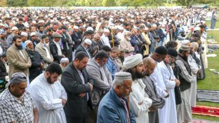 Christchurch, 2019. március 22. Az új-zélandi Christchurchben elkövetett kettõs terrortámadás áldozatainak emlékére rendezett imádság résztvevõi a muszlimok elleni vérengzés egyik helyszínén, a christchurchi an-Núr mecset elõtti Hagley parkban 2019. március 22-én, egy héttel az 50 halálos áldozatot követelõ merényletek után. MTI/EPA/AAP/SNPA/Martin Hunter