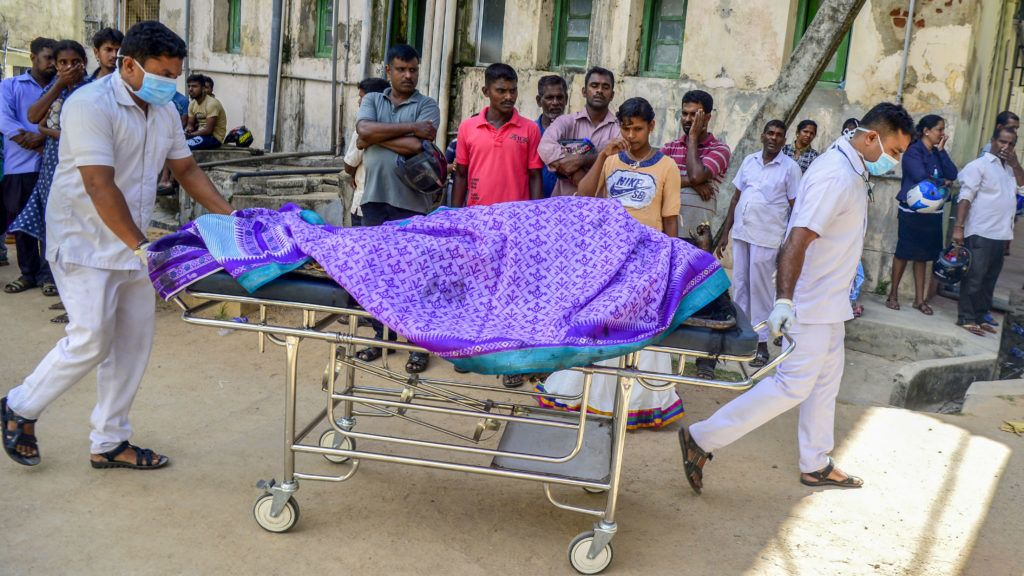 Sri Lankan hospital workers transport a body on a trolley at a hospital morgue following an explosion at a church in Batticaloa in eastern Sri Lanka on April 21, 2019. - A series of eight devastating bomb blasts ripped through high-end hotels and churches holding Easter services in Sri Lanka on April 21, killing nearly 160 people, including dozens of foreigners. (Photo by LAKRUWAN WANNIARACHCHI / AFP)
