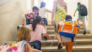 Budapest, 2015. szeptember 2.Diákok sétálnak fel a lépcsőn a Katolikus Karitásztól ajándékba kapott iskolatáskákkal hátukon a VIII. kerületi Németh László Általános Iskolában 2015. szeptember 2-án. Több mint 33 millió forint értékben támogatott mintegy 5300 diákot a Katolikus Karitász augusztusban indult iskolakezdési segélyprogramjával, amely a tanév első heteiben is folytatódik.MTI Fotó: Illyés Tibor