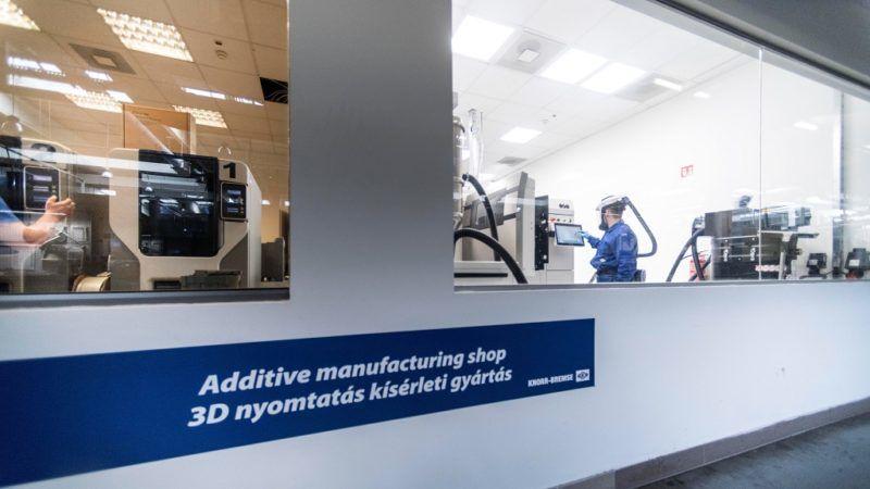 3D nyomtatók ipari alkalmazása , trend melléklet . Knorr - Bremse (Budapest , Helsinki út 105.) tervezéshez ,modellezéshez használt 3 D nyomtató, ami fémmel dolgozik. közlekedés jármű, fejlesztés innováció