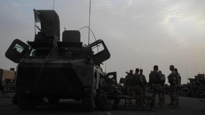 French soldiers gather together after they set up camp for the night on March 26, 2019 on the road from Gossi and Hombori ahead of the start of the French Barkhane Force operation in Mali's Gourma region. - Troops will begin operating near the Burkina border from a new French military base in east-central Mali. The base will be the newest outpost of Operation Barkhane, France's 4,500-strong anti-jihadist force which is headquartered in Chad but also operates in Burkina Faso, Mali and Niger. (Photo by Agnes COUDURIER / AFP)