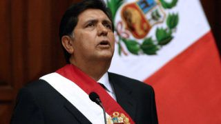 (FILES) In this file picture taken on July 28, 2006 Peru's newly President social democrat Alan Garcia sings the national anthem during his inauguration at the Congress in Lima. - Peru's former president Alan Garcia died on April 17, 2019 after shooting himself in the head at his home as police were about to arrest him in a sprawling corruption case, according to a member of his party. (Photo by Jaime RAZURI / AFP)