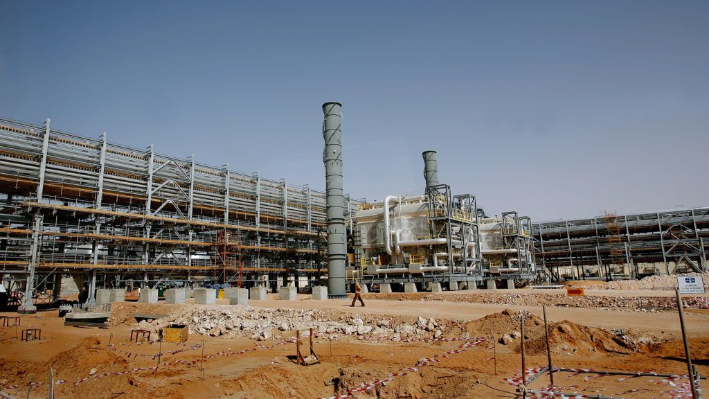 A general view shows the Saudi Aramco's (the national oil company) Al-Khurais central oil processing facility under construction in the Saudi Arabian desert, 160 kms east of the capital Riyadh, on June 23, 2008. Deep in the Saudi desert, 28,000 Asian workers are racing to get a giant oil processing complex ready to help King Abdullah keep a vow to meet world demand for crude. AFP PHOTO/MARWAN NAAMANI (Photo by MARWAN NAAMANI / AFP)