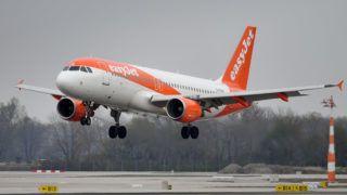 G-EZUR - Airbus A320-214 - easyJet lands, landing. Air traffic, fliegen.Luftfahrt. Franz Josef Strauss Airport in Munich.Munich. | usage worldwide