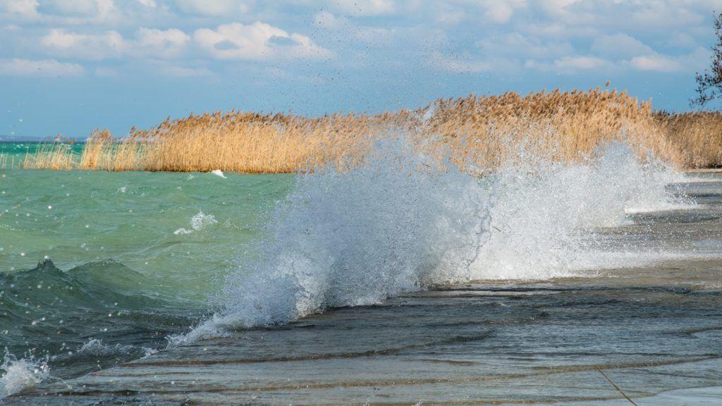 Tihany, 2019. február 22. Az erõs viharos szél hullámokat korbácsol a Balaton vizén a Tihanyi-félsziget környékén.   MTVA/Bizományosi: Faludi Imre  *************************** Kedves Felhasználó! Ez a fotó nem a Duna Médiaszolgáltató Zrt./MTI által készített és kiadott fényképfelvétel, így harmadik személy által támasztott bárminemû – különösen szerzõi jogi, szomszédos jogi és személyiségi jogi – igényért a fotó készítõje közvetlenül maga áll helyt, az MTVA felelõssége e körben kizárt.