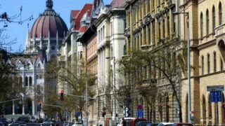 Budapest, 2017. március 31. Az Alkotmány utca részlete a Fõvárosi Törvényszék régi épületével (j), valamint az Országház részletével a fõváros V. kerületében. MTVA/Bizományosi: Jászai Csaba  *************************** Kedves Felhasználó! Ez a fotó nem a Duna Médiaszolgáltató Zrt./MTI által készített és kiadott fényképfelvétel, így harmadik személy által támasztott bárminemû – különösen szerzõi jogi, szomszédos jogi és személyiségi jogi – igényért a fotó készítõje közvetlenül maga áll helyt, az MTVA felelõssége e körben kizárt.