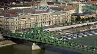 Budapest, 2018. június 28. A Budapesti Corvinus Egyetem (korábban közgazdaságtudományi egyetem) három épülete a főváros IX. kerületében, a Fővám tér környékén. Előtte a Szabadság híd és egy kikötött hotelhajó a Dunán. MTVA/Bizományosi: Jászai Csaba  *************************** Kedves Felhasználó! Ez a fotó nem a Duna Médiaszolgáltató Zrt./MTI által készített és kiadott fényképfelvétel, így harmadik személy által támasztott bárminemű – különösen szerzői jogi, szomszédos jogi és személyiségi jogi – igényért a fotó készítője közvetlenül maga áll helyt, az MTVA felelőssége e körben kizárt.