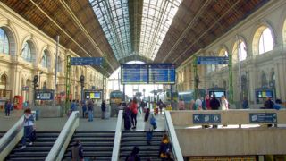 Budapest, 2018. október 13. A Keleti pályaudvar csarnoképülete, amely a legtöbb belföldi InterCity járat és több nemzetközi vasútvonal kiinduló- és végállomása. Rochlitz Gyula és Feketeházy János tervei alapján valósult meg 1881–1884 között.  MTVA/Bizományosi: Jászai Csaba  *************************** Kedves Felhasználó! Ez a fotó nem a Duna Médiaszolgáltató Zrt./MTI által készített és kiadott fényképfelvétel, így harmadik személy által támasztott bárminemû – különösen szerzõi jogi, szomszédos jogi és személyiségi jogi – igényért a fotó készítõje közvetlenül maga áll helyt, az MTVA felelõssége e körben kizárt.