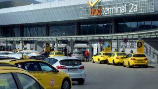 Budapest, 2019. március 26. Légi utasokat szállító személygépkocsik sorai a Liszt Ferenc Nemzetközi Repülõtér 2A termináljának bejárata elõtt. MTVA/Bizományosi: Jászai Csaba  *************************** Kedves Felhasználó! Ez a fotó nem a Duna Médiaszolgáltató Zrt./MTI által készített és kiadott fényképfelvétel, így harmadik személy által támasztott bárminemû – különösen szerzõi jogi, szomszédos jogi és személyiségi jogi – igényért a fotó készítõje közvetlenül maga áll helyt, az MTVA felelõssége e körben kizárt.