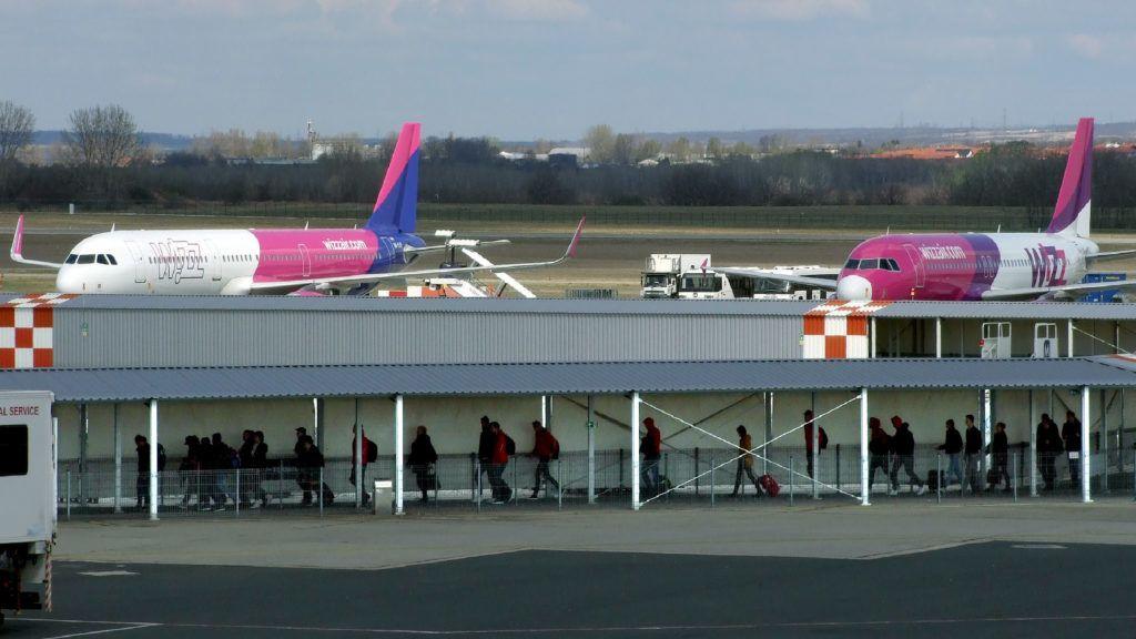 Budapest, 2019. március 26. Légi utasok tartanak a Liszt Ferenc Nemzetközi Repülõtér a 2a termináljához gyalogjárdán. Kissé távolabb a Wizz Air két Airbus gyártmányú repülõgépét készítik fel indulásra. MTVA/Bizományosi: Jászai Csaba  *************************** Kedves Felhasználó! Ez a fotó nem a Duna Médiaszolgáltató Zrt./MTI által készített és kiadott fényképfelvétel, így harmadik személy által támasztott bárminemû – különösen szerzõi jogi, szomszédos jogi és személyiségi jogi – igényért a fotó készítõje közvetlenül maga áll helyt, az MTVA felelõssége e körben kizárt.