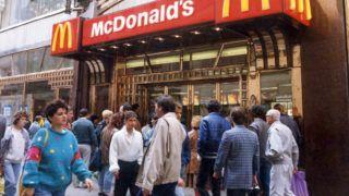 Budapest, 2008. május 27.Megnyílt az első magyarországi Mc Donald's étterem Budapesten 1988.április 27.-én a belvárosi Régiposta utcában.MTI Fotó: Matusz Károly
