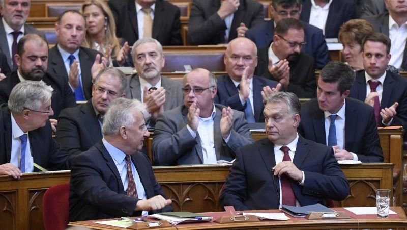 Budapest, 2018. szeptember 17. Orbán Viktor miniszterelnököt (elöl, jobbra) megtapsolják, miután válaszolt a frakcióvezetõk felszólalásaira, akik reagáltak a kormányfõ napirend elõtti felszólalására az Országgyûlés plenáris ülésén 2018. szeptember 17-én. Mellette Semjén Zsolt miniszterelnök-helyettes, a második sorban jobbról Kocsis Máté, a Fidesz frakcióvezetõje, Balla György frakcióvezetõ-helyettes (k) és Kósa Lajos, a Fidesz országgyûlési képviselõje (b2). MTI Fotó: Kovács Tamás