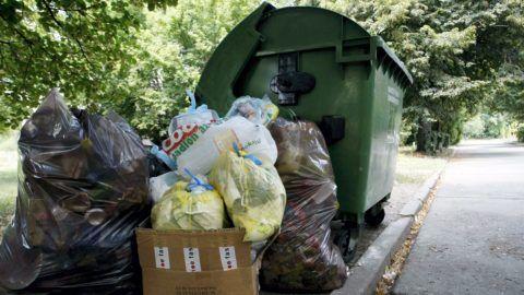 Martfû, 2013. július 31. Megtelt hulladékgyûjtõ konténer áll Martfû belvárosában 2013. július 31-én. A Jász-Nagykun-Szolnok Megyei Katasztrófavédelmi Igazgatóság közérdekû szolgáltatót jelölt ki az egy hete halmozódó szemét elszállítására. A városban július 24-e óta nem viszik el a háztartásokban, intézményeknél, vállalkozásoknál összegyûlt hulladékot, miután a korábbi szolgáltatónak lejárt a szerzõdése, és felhagyott a munkával. MTI Fotó: Bugány János