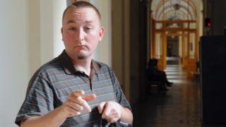 Budapest, 2010. május 26. Polgár Tamás érkezik az ellene közveszélyokozás elõkészületének vádja miatt indult per ítélethirdetésére a Fõvárosi Bíróság folyosóján. A bíróság jogerõsen is felmentette a Tomcat néven publikáló bloggert. Polgár Tamást korábban azért vonták eljárás alá, mert pirotechnikai kísérleteket folytatott egy csepeli lakás konyhájában, különbözõ anyagokból elegyet készített. Ez azonban nem volt képes pusztító, romboló hatás kiváltására, nem minõsül robbanóanyagnak, így azzal a robbanóanyaggal való visszaélés bûntettét nem lehetett megvalósítani. MTI Fotó: Honéczy Barnabás