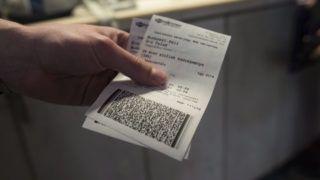 Budapest, 2016. április 4. Vasúti jegyek egy utas kezében a budapesti Déli pályaudvaron 2016. április 4-én. Az új vasúti jegyértékesítési rendszerrel a MÁV-Start Zrt. már hetente 200 ezer darab jegyet ad el, ez heti 110 millió forint bevételt jelent, mondta Feldmann Márton, a MÁV-Start Zrt. vezérigazgató-helyettese sajtótájékoztatóján. MTI Fotó: Kallos Bea