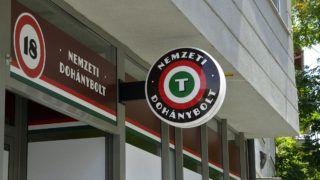 Szolnok, 2013. június 19.Nyitásra váró nemzeti dohánybolt a szolnoki Mészáros Lőrinc utcában 2013. június 19-én. A tulajdonos Somos Anikó vállalkozó 20 évre nyerte el a koncessziós jogot és vállalta 3 fő - köztük egy megváltozott munkaképességű és egy regisztrált munkanélküli - foglalkoztatását. Eddig 4525 dohánytermék-kiskereskedelmi engedély iránti kérelem érkezett a Nemzeti Adó- és Vámhivatal (NAV) vám- és pénzügyőri igazgatóságaihoz, és 3021 engedélyt adtak ki.MTI Fotó: Mészáros János