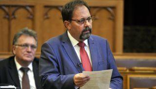 Budapest, 2017. november 6. Pócs János fideszes képviselõ kérdést tesz fel az Országgyûlés plenáris ülésén 2017. november 6-án. MTI Fotó: Kovács Attila