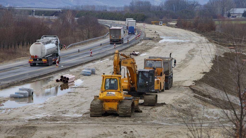Murarátka, 2019. február 11. Kamionok haladnak az átépítés alatt álló M70-es autóút Letenye és Tornyiszentmiklós közötti szakaszán a Zala megyei Murarátkánál 2019. február 11-én. Az M70-es autóút több mint tíz kilométeres, jelenleg kétszer egysávos szakaszát kétszer kétsávos autópályává építik át. A tavaly kezdõdött munkálatok során megépítik a magyar-szlovén határon, Tornyiszentmiklósnál tervezett pihenõhely megnyitásához szükséges közmûveket, illetve létesítményeket, továbbá a bal pályán meglévõ kilenc hidat összekötik a jobb pályán kialakítandó hídszerkezetekkel. MTI/Varga György
