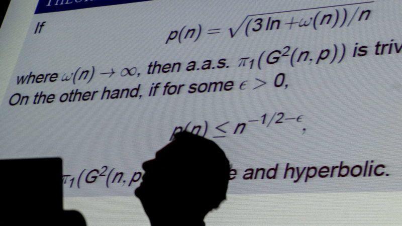 Budapest, 2013. július 5. Tomasz Luczak lengyel matematikus elõadást tart az Erdõs Pál matematikus születésének 100. évfordulója alkalmából rendezett emlékkonferencia zárónapján a Magyar Tudományos Akadémia (MTA) épületében 2013. július 5-én. MTI Fotó: Illyés Tibor
